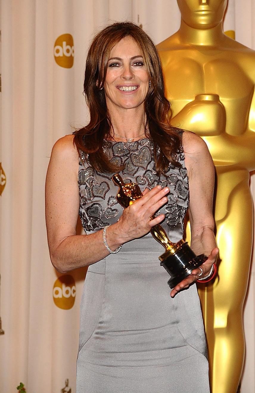 2010-ig kellett várnunk arra, hogy a legjobb rendezésért járó aranyszobrot végre egy nő vehesse át. Kathryn Bigelow már számos korábbi filmjével bizonyította tehetségét, de végül A bombák földjén című háborús film megrendezéséért vehette át az Oscar-díjat, de a film további öt díjat is kapott a gálán. A történet pikantériájához tartozik, hogy az exférje, James Cameron elől halászta el a díjat, akit az Avatar című filmért jelöltek ugyanabban a kategóriában.