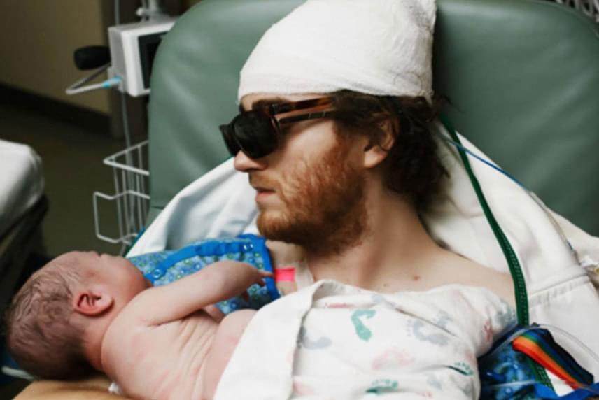 Szívbemarkoló a felvétel, amelyen egy rákos, agyműtét után lábadozó apa találkozik először újszülött fiával.