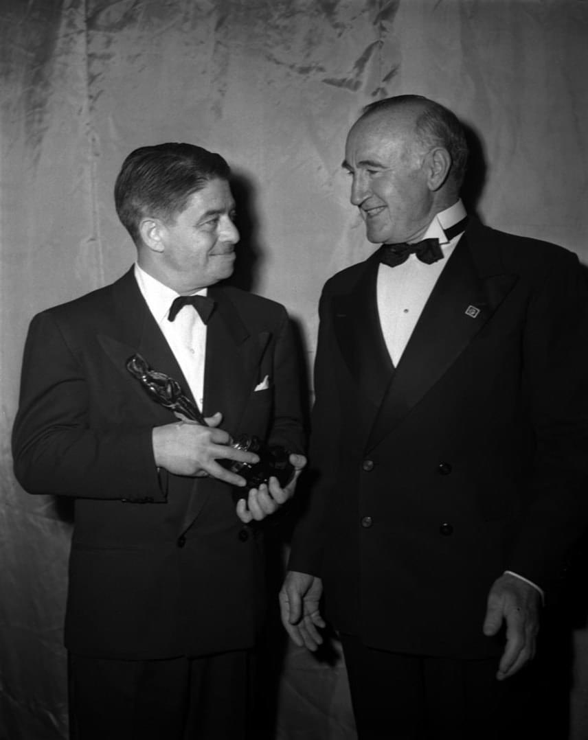 Alfred Newman zeneszerzőt - bal oldalon -élete 70 éve során összesen 45 alkalommal jelölték Oscar-díjra, amiből kilencet meg is kapott a Filmakadémiától. A nevéhez több mint kétszáz film zenéje fűződik, köztük olyan klasszikus alkotásoké, mint az Üvöltő szelek,A Notre Dame-i toronyőr, a Hová lettél, drága völgyünk?, a Mindent Éváról vagy az Airport.