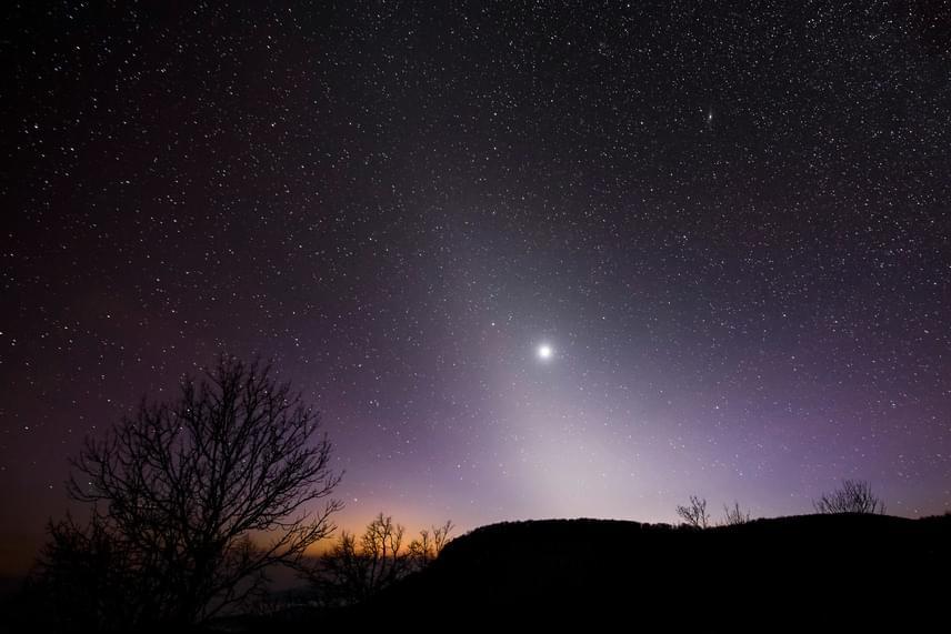 Kedvező körülmények esetén a sötét égbolton, az ekliptika és a horizont metszéspontja felett piramisszerű, az ekliptikához képest szimmetrikus, halvány foltként figyelhető meg.