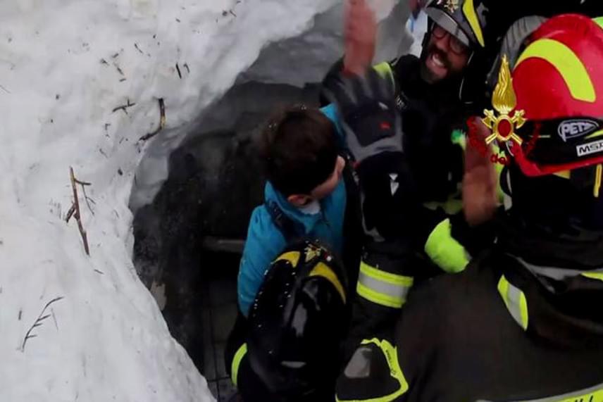 A 120 ezer tonnányi hó mintegy 100 kilométer per órás sebességgel csapódott az épületbe. A vendégeknek nem volt sok esélyük volt menedéket keresni. Ez a túlélő a szerencsések közé tartozott.