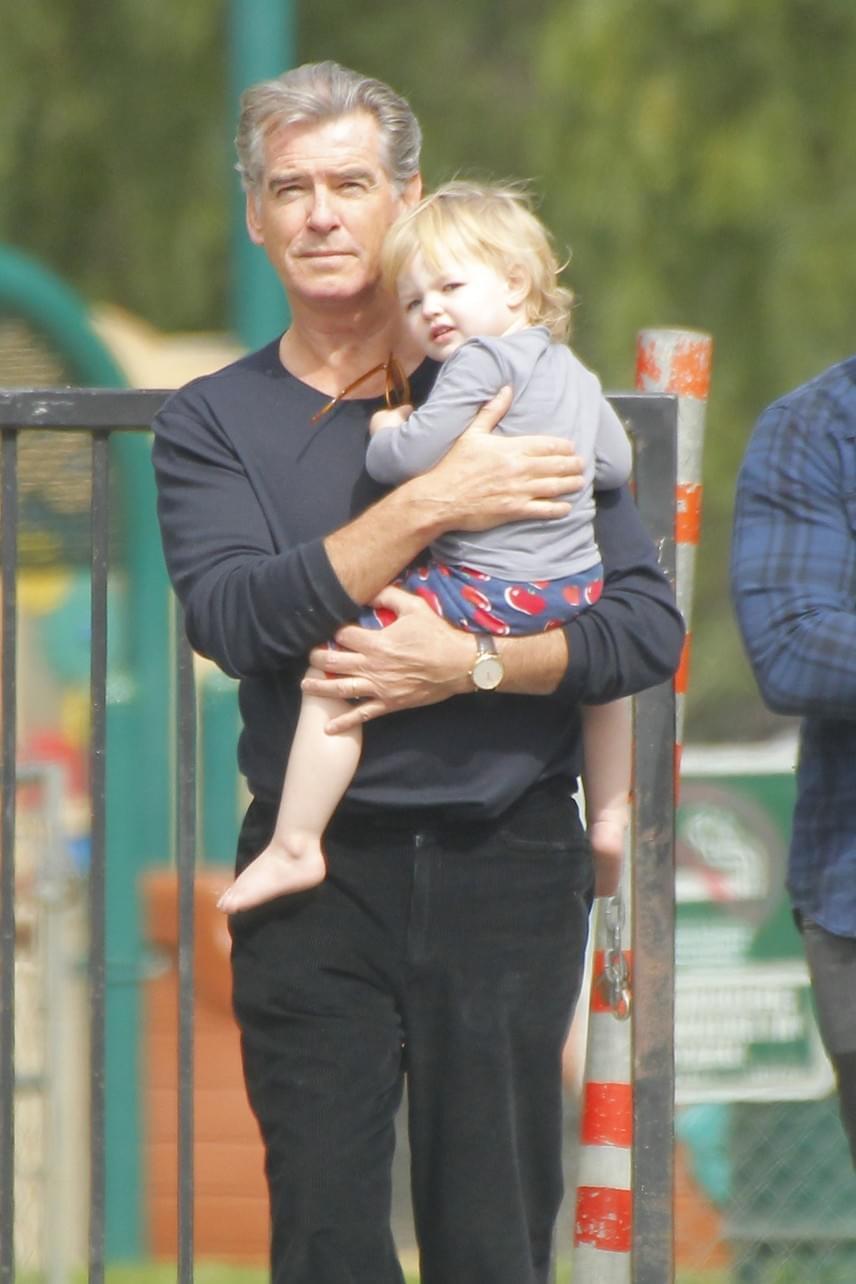 Szinte belebújik nagyapjába a kis Marley May. Minden bizonnyal Pierce első felesége, a fiatalon elhunyt Cassandra Harris is imádná a kislányt.