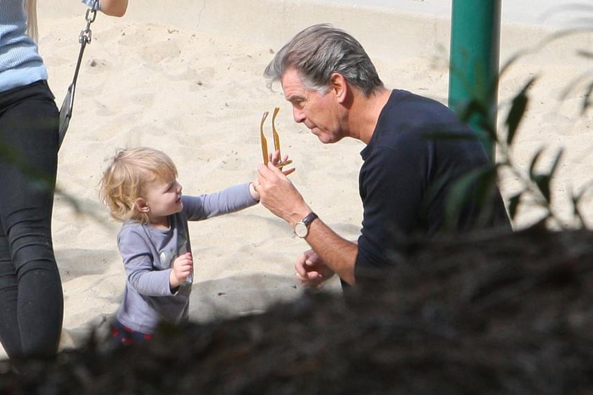 A szemüveg nagy sláger volt a kislánynál: még a játszótéren is inkább azzal játszott, mint a homokozós játékokkal.