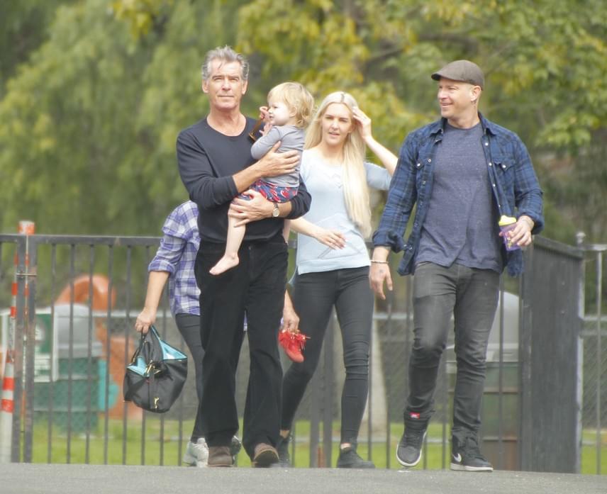 Együtt menetel a kis család: Pierce Brosnan, a fia, Sean, a menye, Sanja és a kisunokája, a tündéri kis Marley.