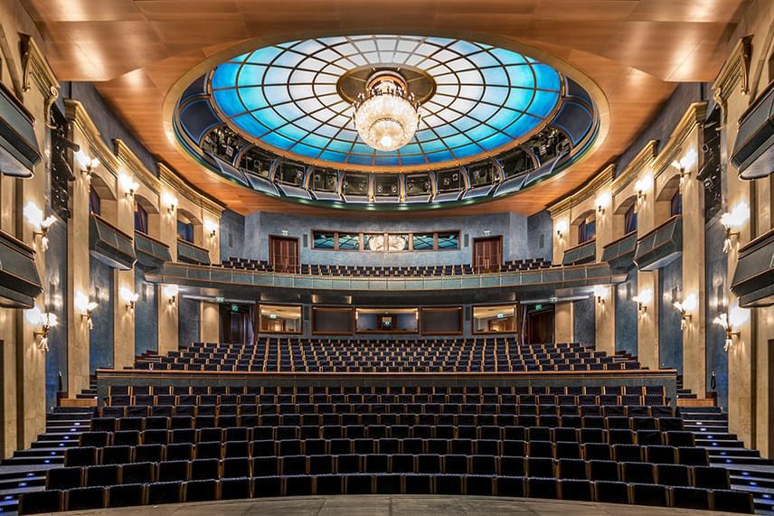 A Nemzeti Színház letisztult, modern belső tere a magyar kultúra igazi büszkesége.