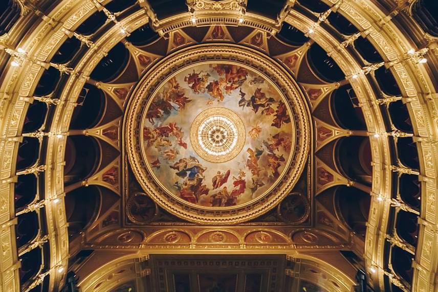 Az Operaház félhengeres, neoreneszánsz mennyezete.