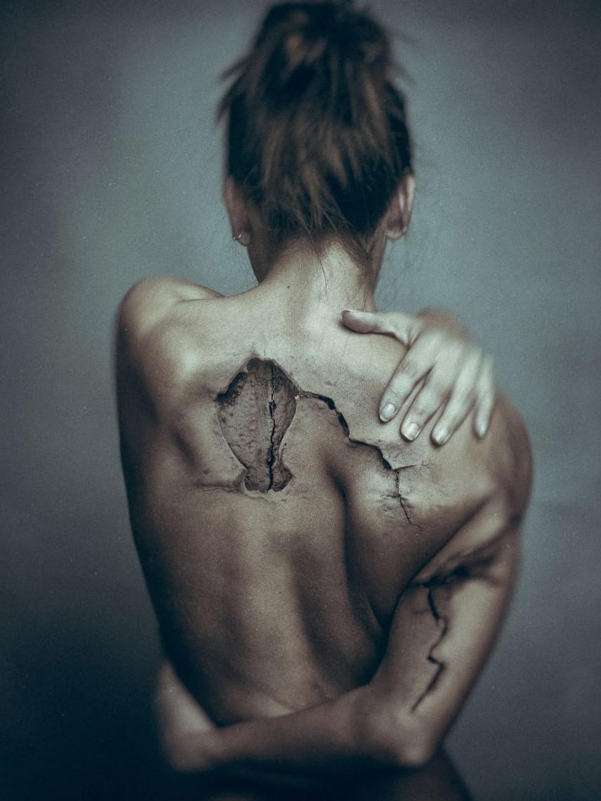 A női alakokra a művész photoshopos utómunkával varázsolja rá a bizarr repedéseket.