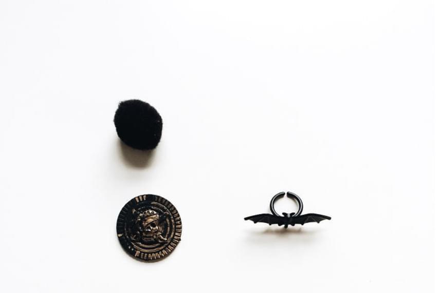 A kalózos érmecske és a batmanes gyűrű is nagyon menő lehet az oviban.