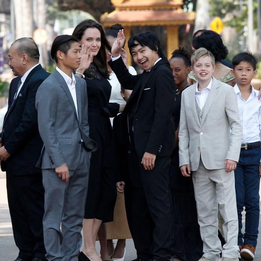 A színészpár összes gyermeke részt vett a rendezvényen: Maddox már 15, Pax 13, Zahara 11, Shiloh 10, Knox és Vivienne pedig idén lesznek kilencévesek.