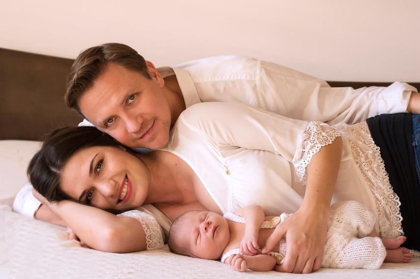 """""""Mindhárman szépek és aranyosak vagytok, de a prímet a csodás kicsi fiatok viszi el. Tündéri kisbaba"""", üzenték Gönczi Gábornak és kedvesének."""