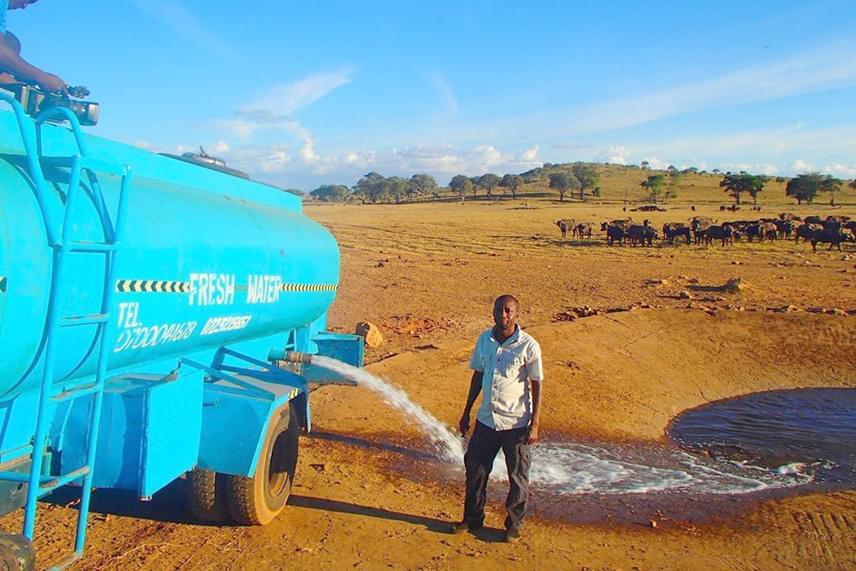 Patrick Kilonzo Mwalua jelenleg bérelt kocsival szállítja a vizet az állatoknak, ami nagyon lassú, ezért a tisztelői egy adománygyűjtő oldalon várják a felajánlásokat számára, hogy saját teherautót vehessen.