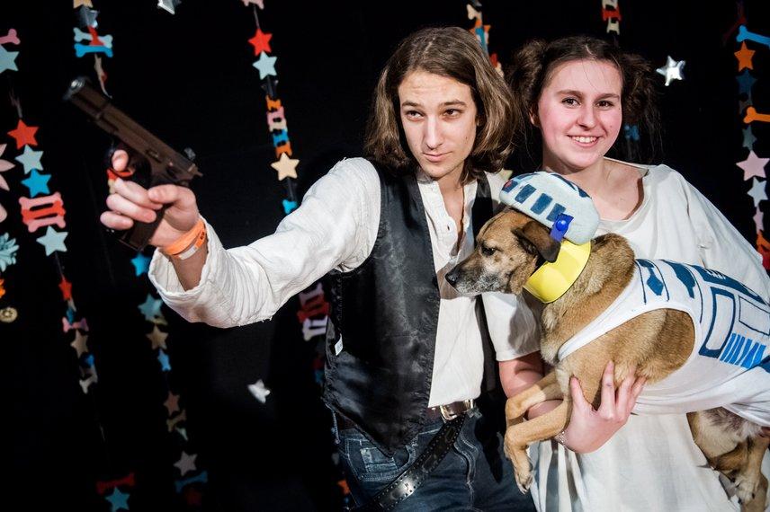 A farsangot a budapesti Művelődési Szint - Müszi -közösségi házban rendezték meg, a jelmezversenyt Tóth Keve, Major Zsófia és Dió nevű, Star Wars-ruhába öltözetett kutyájuk nyerte meg.