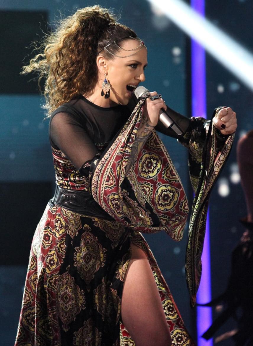 Az első fellépő Tóth Gabi volt, aki Freddie Shumannal és Lotfi Begivel adta elő a Hosszú idők című dalt. A 29 éves énekesnő szintén egy combtőig felsliccelt ruha mellett döntött.
