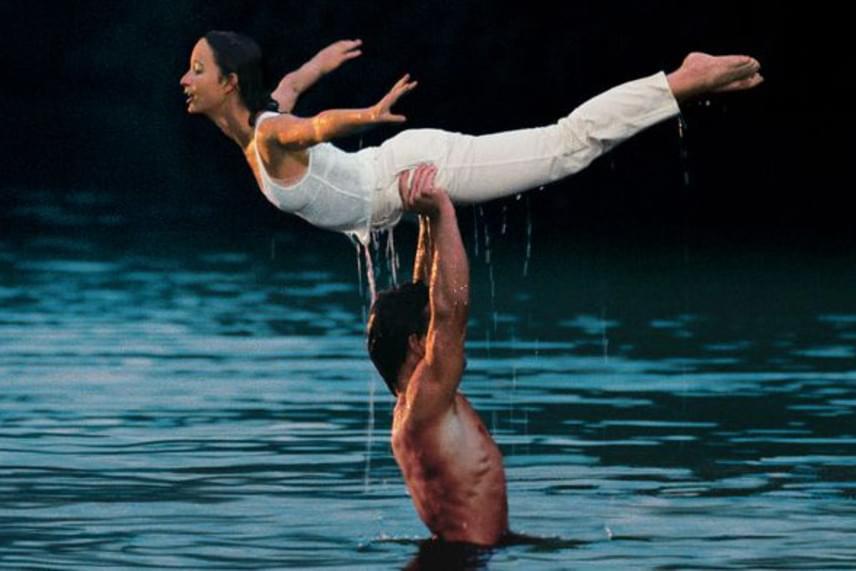 """A film egyik legszebb jelenete, amikor Patrick Swayze a feje fölé emeli kolléganőjét, valóban olyan macerás volt, mint a filmben: Swayze térdproblémái miatt alig bírta megtartani kolléganőjét, ráadásul Jennifer Grey annyira fázott a vízben, hogy úgy érezte, """"a mellbimbói mindjárt felrobbannak""""."""