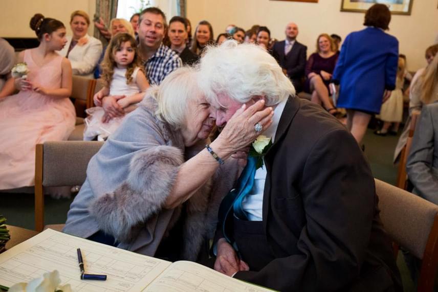 Joan és Ken szombaton tartották az esküvőt az idősotthonban, ahol mindketten élnek. A menyasszony elmondta, hogy mindig érezte, hogy a férfi más, mint a többiek: nem iszik, és azért került az utcára, mert skizofréniája miatt sehol nem kapott állást.