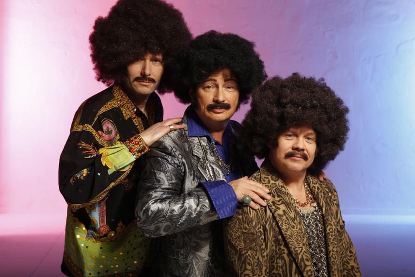 A vicces fotózáson nagyon jó volt a hangulat, hiszen a stylistok meghökkentő parókákkal, ruhákkal, bajszokkal és szakállakkal érkeztek. Funky zenekarként hatalmas mikrofonfejű parókával a fején Geszti Péter például Rapülő-szőnyeg-árusnak érezte magát.