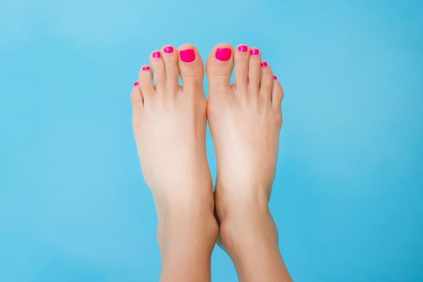Fehér részek a lábfejenKimerültséget és kilúgozottságot jelez. Bizonyos élethelyzetek valószínűleg kimerítettek. Ideje befizetned egy utazásra!