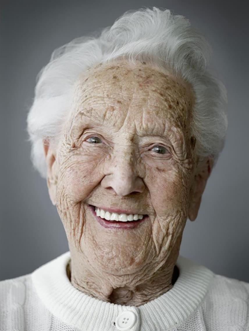 A századik életévüket már betöltött hölgyek mindannyian másra esküsznek, tehát bármennyire érdekelne minket, mi lehet a titkuk, úgy tűnik, nincs bevált módszer. Szeretnénk, ha 103 évesen nekünk is csak ennyi ráncunk lenne, és így tudnánk mosolyogni, ahogy Erna.