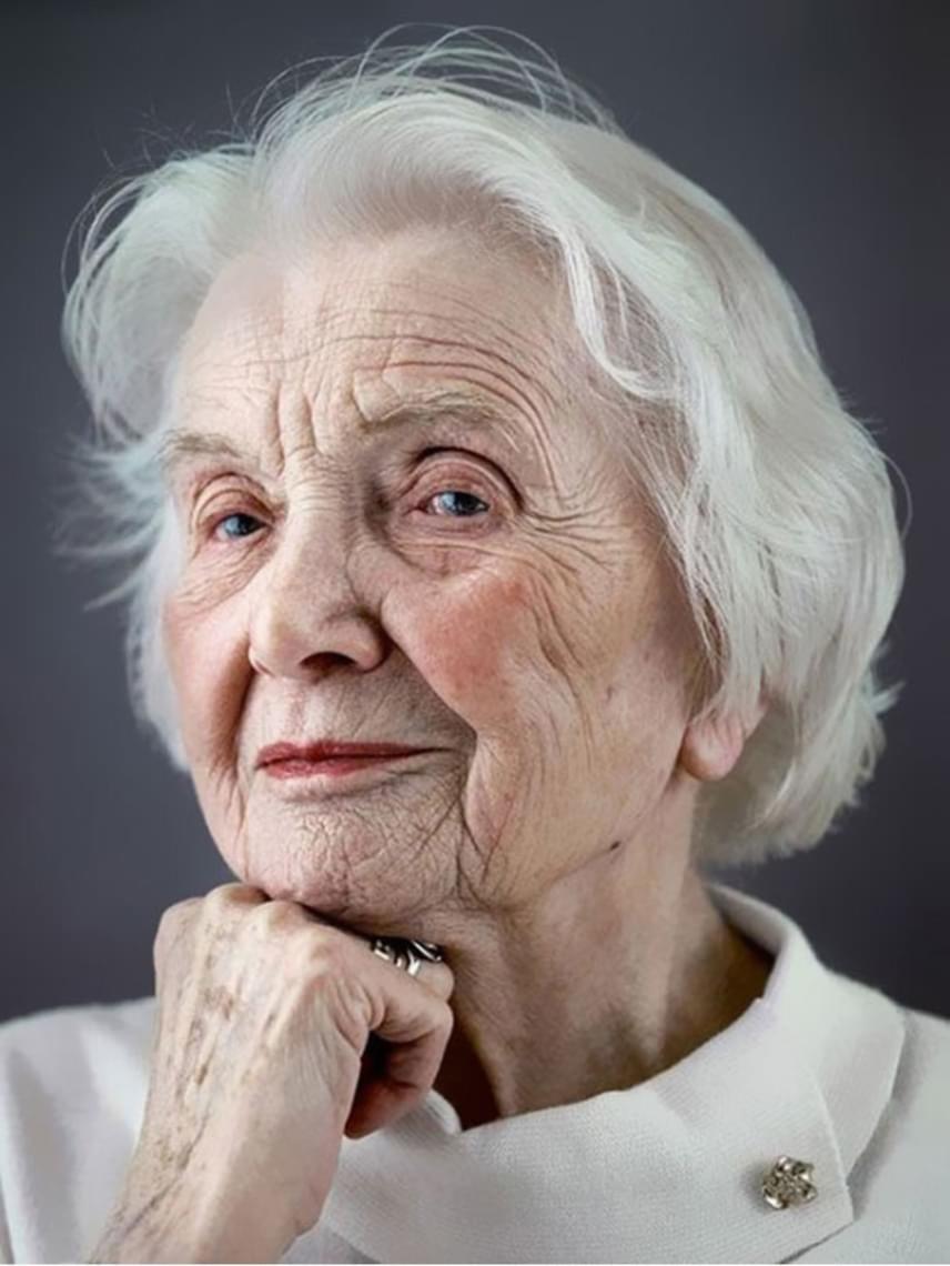 A portrék két különböző könyvben jelentek meg, az egyiket 2006-ban, a másikat 2011-ben adták ki. Tényleg elképesztő belegondolni, mennyi mindent éltek meg a fotósorozat szereplői, de Erikából 101 évesen is sugárzik a nőiesség.