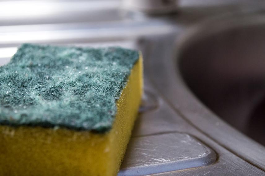 Mosogatószivacs tisztítása - a sokszor használt szivacs hamar baktériumtenyészetté válik. A sima mosószeres kimosás nem szabadítja meg a mikroorganizmusoktól. A természetes sókristály fertőtlenítő hatással rendelkezik, a vírusok, baktériumok és gombák nagy részét elpusztítja. Ha a kiöblített szivacsot töményen sós és hideg vízben áztatod egy órán keresztül, hatékonyan kitisztítja.