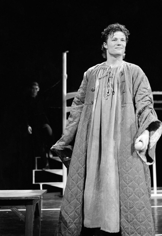 Stohl András 1990-ben szerezte meg diplomáját a Színház- és Filmművészeti Főiskolán. Ez a fotó egy évvel korábban készült vizsgaelőadásán az Ódry Színpadon - Stohl András ekkor 22 éves volt.