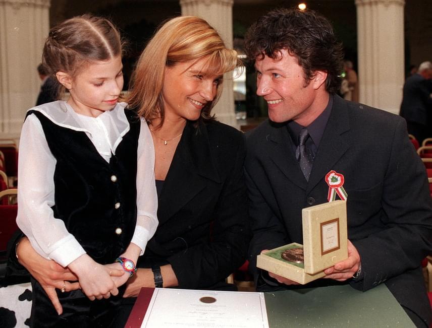 Stohl András, a Katona József Színház tagja 2000-ben megkapott Jászai Mari-díját mutatja feleségének és kislányának a gála után.