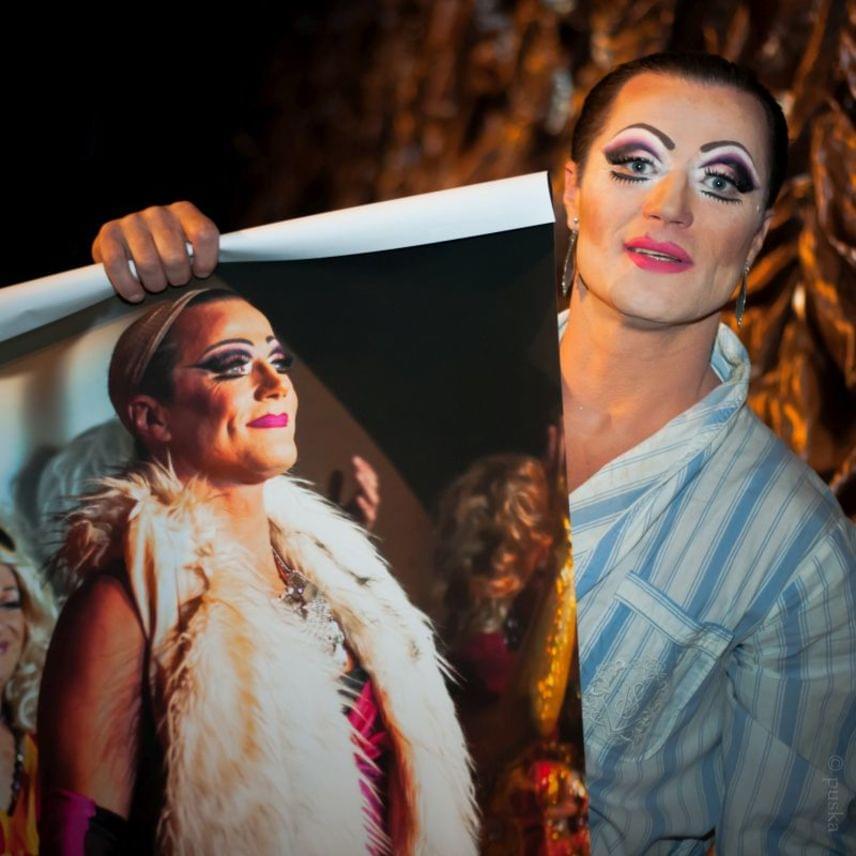 Stohl Andrást olyan felejthetetlen színpadi előadásokban láthattuk, mint a János vitéz, a Mephisto, a Lear király vagy az István, a király. Ez a felvétel a 2014-ben Alföldi Róbert rendezésében színpadra állított Az őrült nők ketrecében készült róla, kezében a századik előadás alkalmából bemutatott fotókiállítás fényképével, amelyet árverésre bocsátottak.
