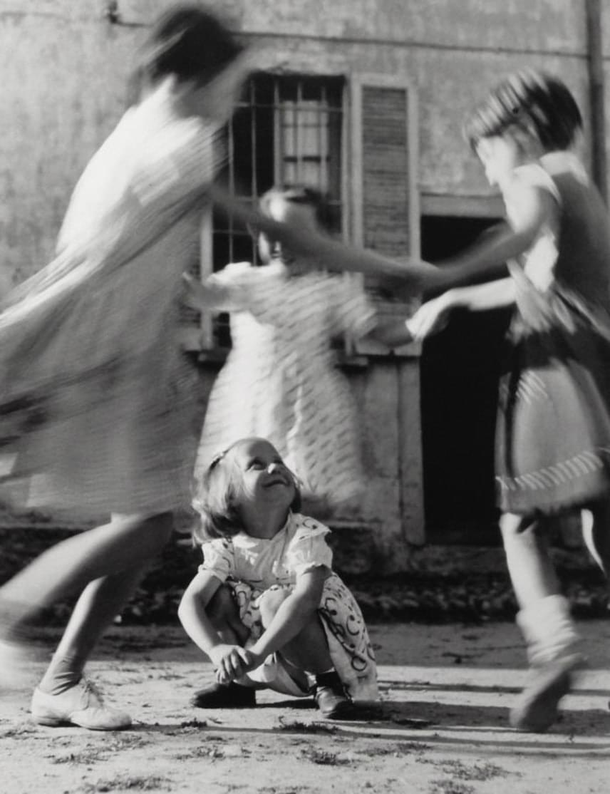 A kislányok sok-sok mondókát és dalt ismertek körtáncokhoz.(1954)