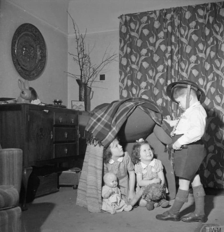Pokrócsátrakba bújtak a szobában, így játszottak együtt a testvérek és a szomszéd gyerekek.