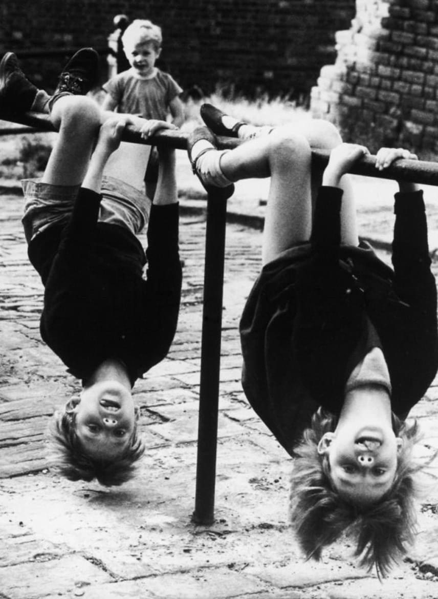 Akkor még nemhogy nem volt puha talajjal ellátott játszótér, de egy egyszerű korlát az utcán is a legjobb mászókává lett egy pillanat alatt.(1966)