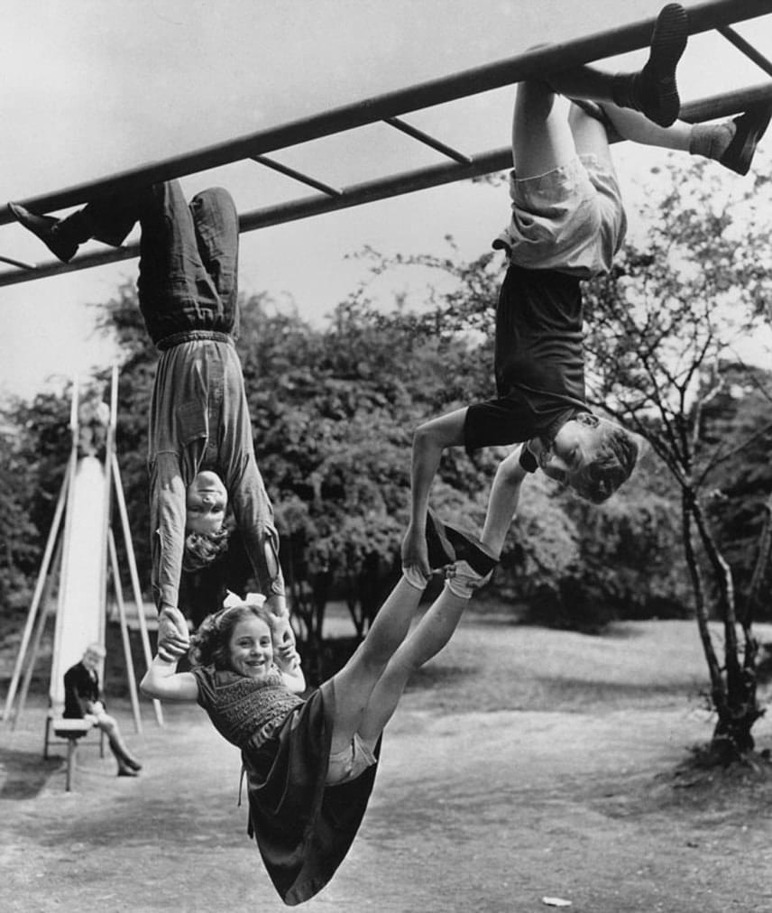 Persze, azért a játszótereken is imádtak játszani. Jóval többet mozogtak és futkároztak a ma gyerekeinél.  (1954)