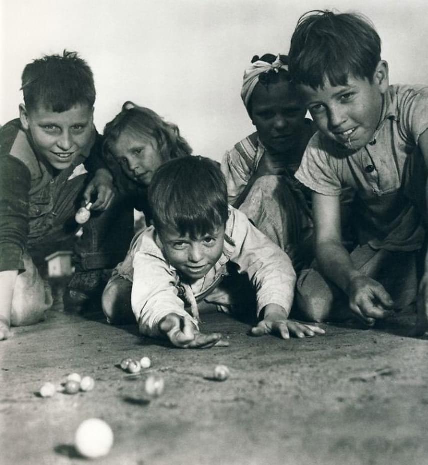 Nagy érték volt a régi idők gyermekének a színes üveggolyó.(1940-es évek)