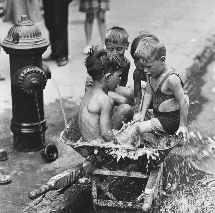 Mindenben megtalálták a játék lehetőségét: a hömpölygő esővíztől a talicskáig minden jó játék volt.(1937)