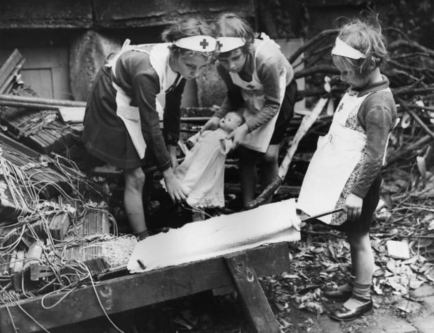 A kislányok többet babáztak, és szerepjátékokat játszottak, ezzel is mozgatva képzelőerejüket.                         (1940)