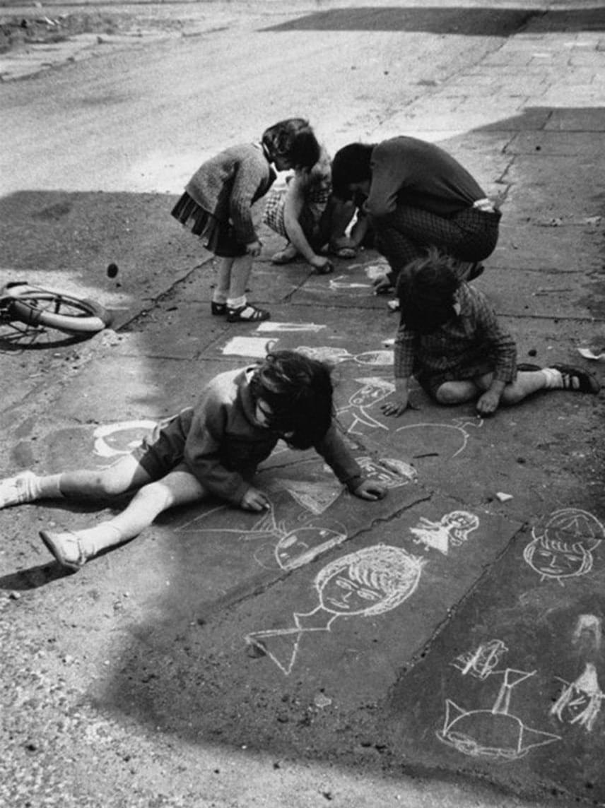 Krétával rajzoltak a végtelen rajzvászonra, az aszfaltra.(1966)
