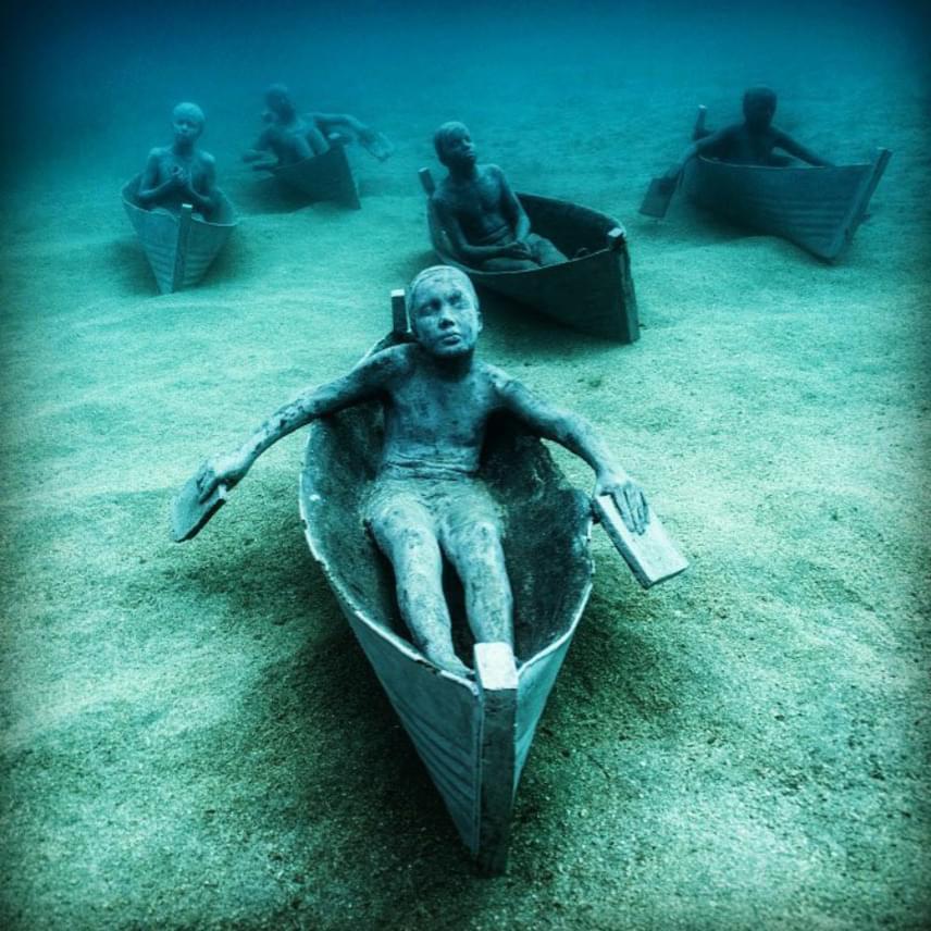 Az egyes szobrok gyakran hordoznak társadalmi problémákról szóló üzenetet. Ez a csoport például a múzeum melletti parton fekvő Lanzarote város egy hagyományát dolgozza fel. A város fiataljai ugyanis szívesen készítenek üres olajoshordókból apró csónakokat, melyekkel a lagúnákban versenyeznek. A nehezen irányítható járművek jól jelképezik a gyermekek jövőjének bizonytalanságát.