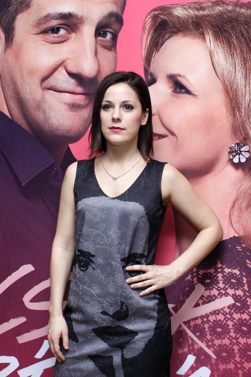 Lovas Rozi kapta meg Palotás Nóra szerepét a szériában. A 30 éves színésznő elmondta, hogy sorozatbeli karaktere azért is áll közel a szívéhez, mert ő is hosszú utat tett meg, mire a színházban találta magát. Kedvenc sorozataiként a The Affairt és a Stranger Thingset nevezte meg.