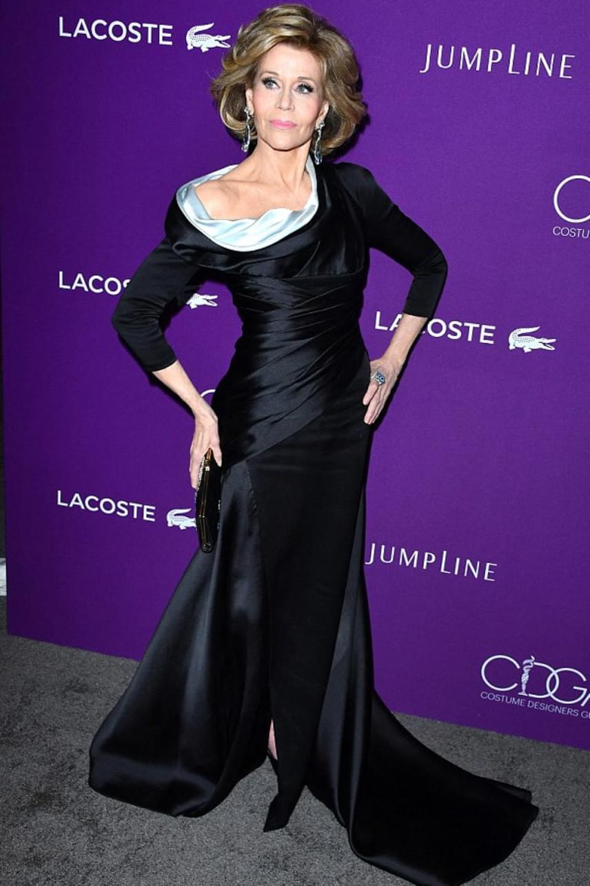 Jane Fonda egy rafinált, aszimmetrikus Versace ruhát választott az eseményre, ami remekül kiemelte karcsú alakját.