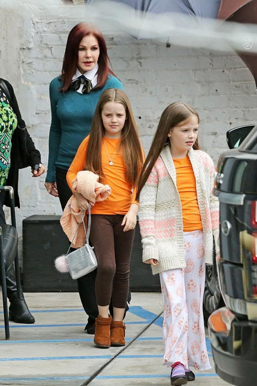 A kislányokat láthatóan tényleg a nagymamájuknál, Priscilla Presley-nél helyezte el a bíróság. Ők valószínűleg nem is tudják, micsoda botrány zajlik most a családjuk körül.