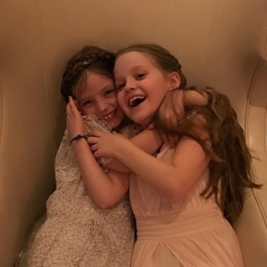 A színésznő egy közös fotót is posztolt a lányokról, akik nagyon jól érzik magukat a nagyinál. Priscilla egy jó nagymamához illően biztosan agyonkényezteti a kicsiket.