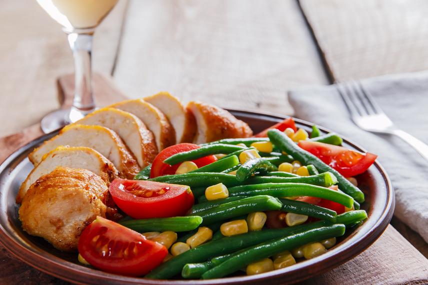 Törekedj arra, hogy mindig a tányérodnak legalább a fele zöldségekkel, gyümölcsökkel, hüvelyesekkel legyen tele, hiszen ezek a legjobb rostforrások. A lassan emészthető rostok miatt ugyanis lassul a tápanyagok felszívódása, így az étel egyenletesen, hosszan laktat. Szintén érdemes a zöldséges ételek után egy jó nagy pohár vizet meginni, hiszen ebben a növényi rostok megdagadnak, és térfogatukkal is teltebbé teszik a gyomrodat.