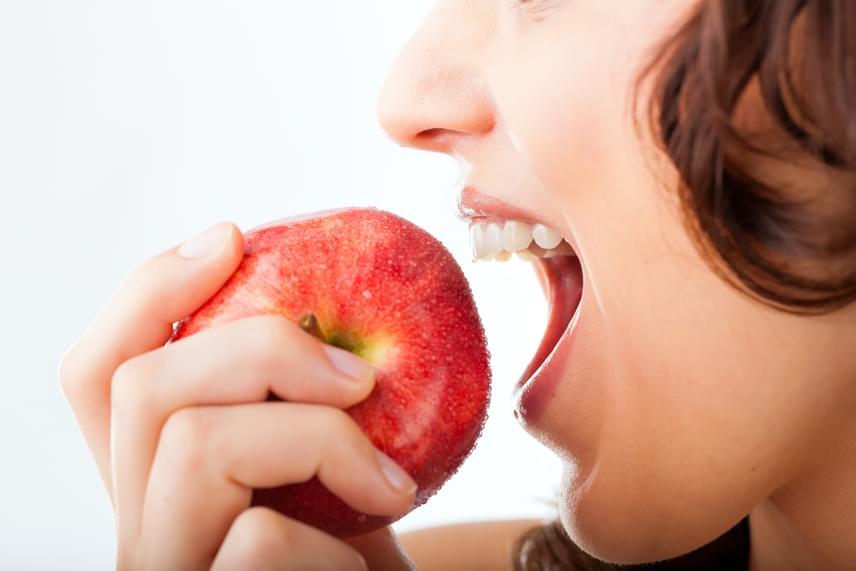 A többség soha nem gondolkodik el azon, hogy mekkorákat harap az ételbe, pedig ez is erősen befolyásolja az étel mennyiségének érzékelését. Próbálj a szokásoshoz képest kisebbet harapni, így ugyanazt az ételt több idő alatt, több falattal eszed majd meg, ezáltal pedig kielégítőbb élményt nyújt.