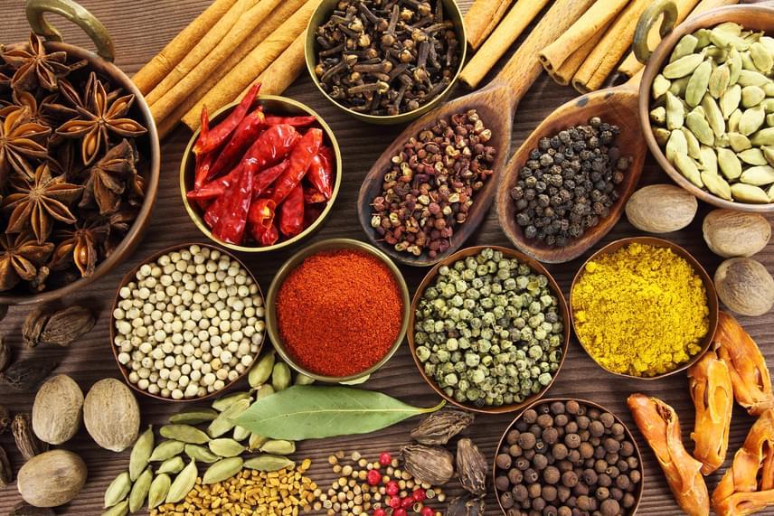 Sokkal kielégítőbbnek fogod érezni az étkezéseket, ha a fűszerezés segítségével gondoskodsz a változatos ízekről. A csípős aromának ezen felül magában is étvágycsökkentő, sőt, fogyasztó hatása van, így érdemes chilivel, borssal, Cayenne-borssal, sőt, gyömbérrel is fűszerezni.