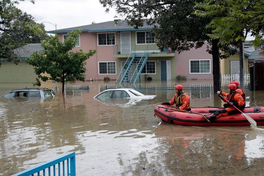 Csak gumicsónakkal tudtak közlekedni a mentőcsapat tagjai a kaliforniai San José víz alá került utcáin. A városban és környékén házak százait öntötte el a heves esőzések keltette árvíz.