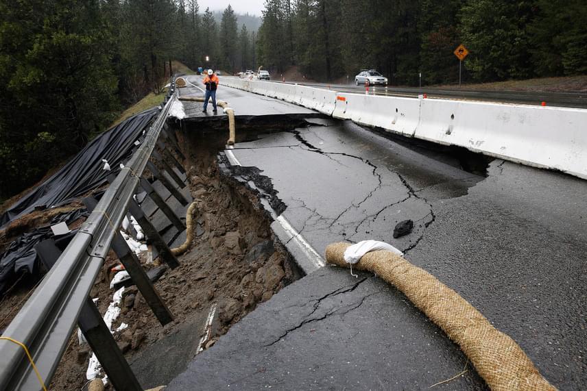A heves esőzések több útszakaszt is kimostak és beszakítottak. A képen a kaliforniai Pollock Pines közelében fekvő 50-es főút látható, ami teljesen járhatatlanná vált.
