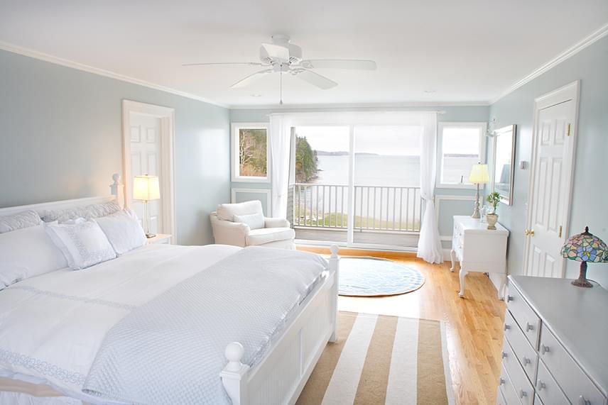 A fehér szín tisztaságot sugároz, és nyugtató, stresszoldó hatással van az ember szervezetére, amiért ideális választás a hálószobába is.