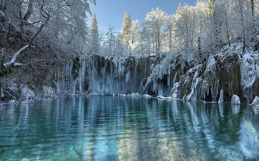 A Plitvicei-tavak Nemzeti Park 16 nagyobb és két kisebb lépcsőzetesen elhelyezkedő tavát 92 vízesés köti össze. A tavak felszíne összesen két négyzetkilométer.