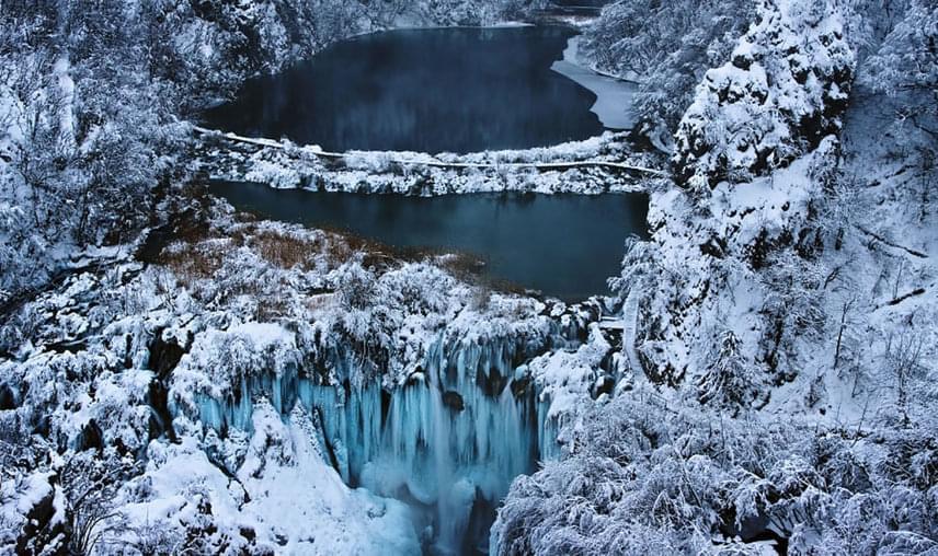 Az évezredek során az itteni kisebb folyók összegyűlt vize kioldotta a mészkövet, ennek köszönhetően tavak, vízesések, zúgók, források és barlangok tarkította, vadregényes táj jött létre ezen a területen. A vízesés kőzetének korát négyezer évre becsülik.
