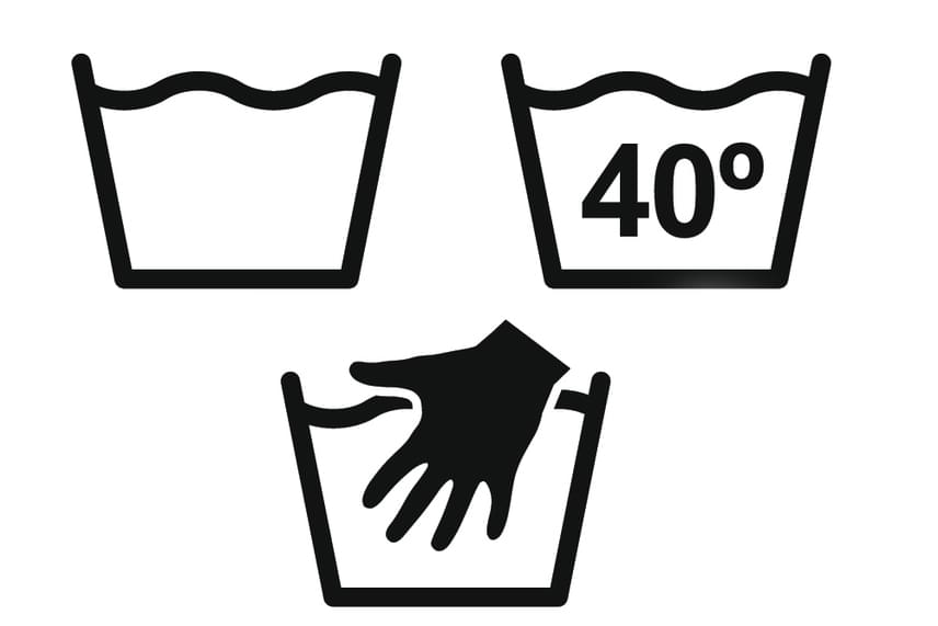A teknő a mosás jele, akár kézi mosásról, akár gépi mosásról, akár áztatásról, előmosásról vagy öblítésről van szó. A teknőbe nyúló kéz a kíméletes, langyos vizes kézi mosást jelenti, a teknőben feltüntetett szám pedig azt, mi a megengedett legnagyobb hőfok. A teknő alatt szerepelhet még egy vagy két vonal, az egy a kíméletes, a kettő a fokozottan kíméletes mosóprogramot jelöli.
