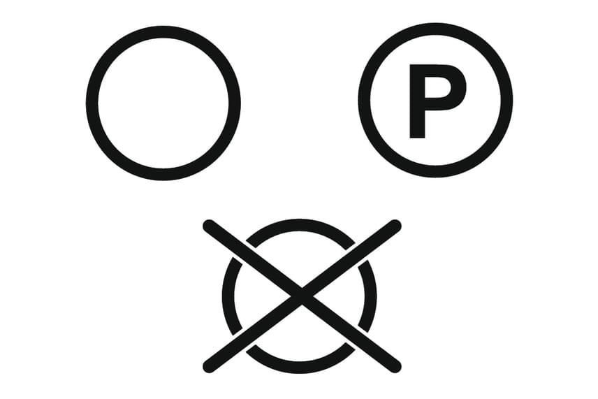 A kör a vegytisztítás jele. Ha át van húzva, nem szabad vegytisztítani az adott ruhát, ha egyszerűen csak a kör látszik, az azt jelenti, bárhogy lehet. A körben található betűk az alkalmazott szerekre utalnak. Az F betű a tisztításra alkalmas szénhidrogéneket, a P betű előbbin kívül a perklór-etilént vagy tetraklór-etilént jelenti, a W betű pedig azt jelzi, hogy a tisztító üzem speciális berendezéssel végzett kezelést alkalmazhat, környezetkímélő, vízzel végzett nedves eljárás formájában. Itt is megjelenhetnek vonalak, a kör alatti egy vonal kíméletes, a két vonal fokozottan kíméletes kezelésre utal.